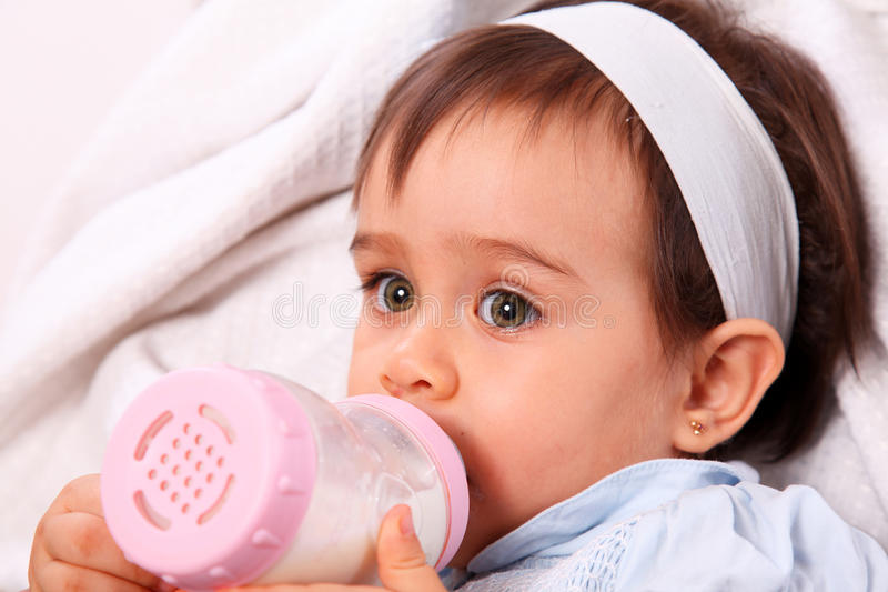 Neonata con la bottiglia fotografie stock libere da diritti