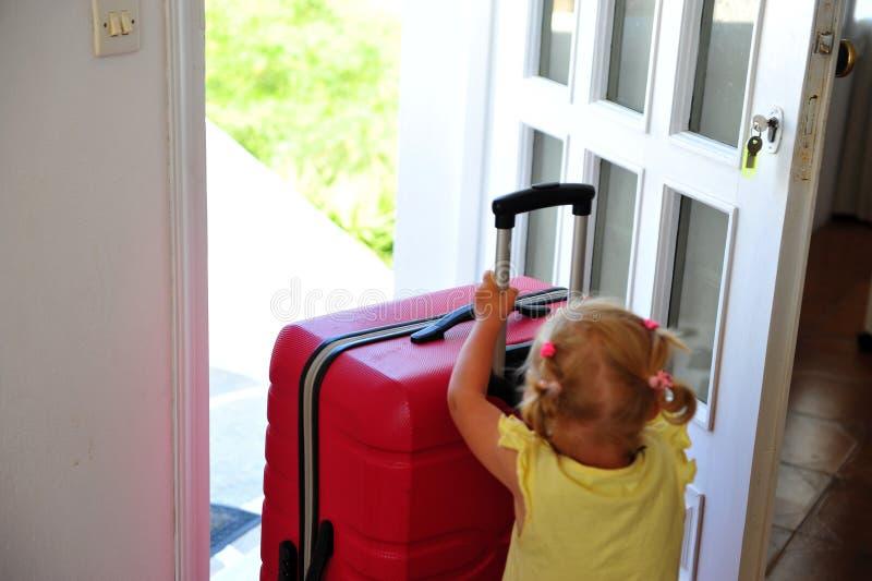 Neonata con la valigia rossa fotografia stock libera da diritti