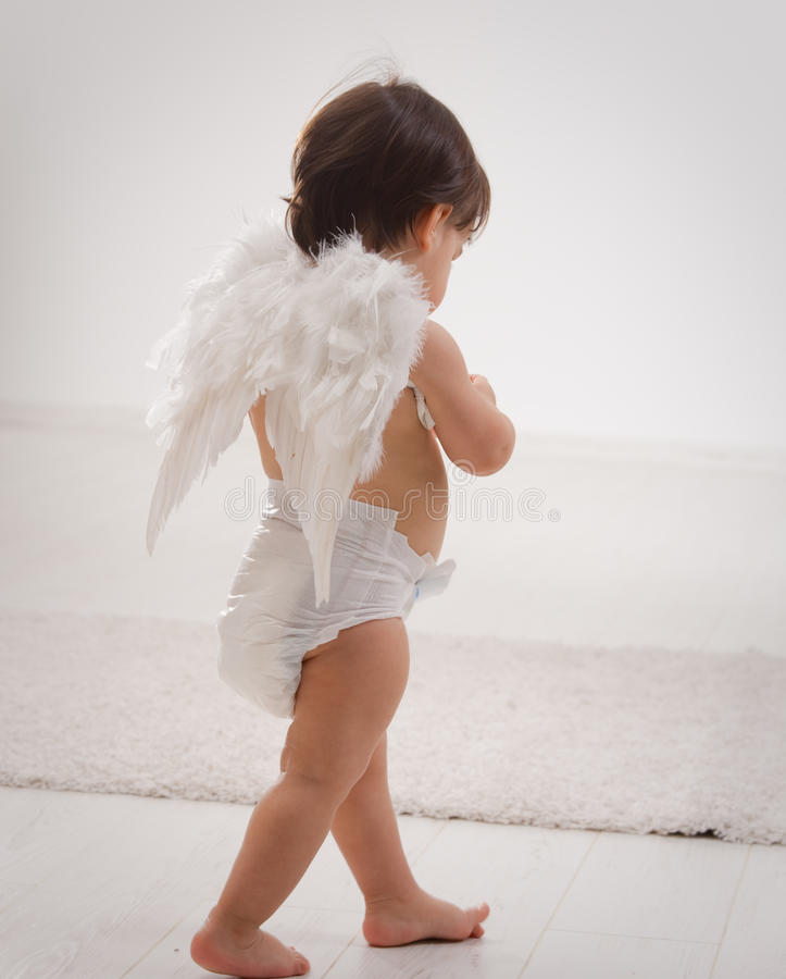 Neonata con le ali di angelo fotografie stock libere da diritti