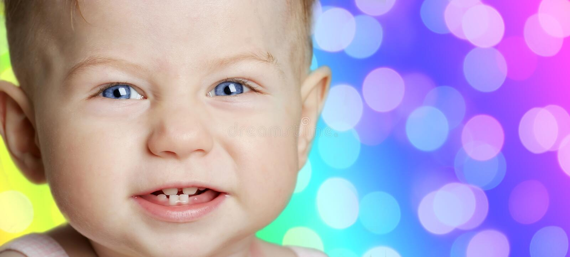 Neonata con sorridere degli occhi azzurri immagine stock libera da diritti