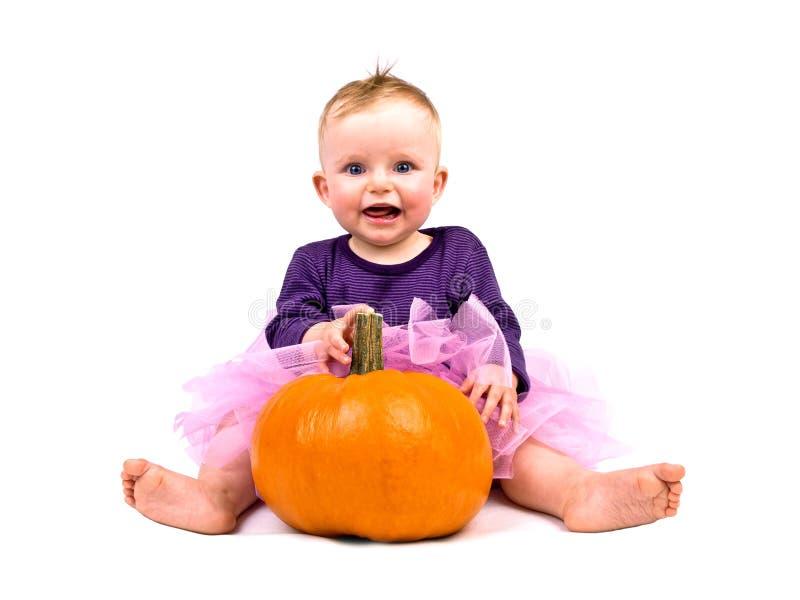 Neonata in costume con la zucca di Halloween immagine stock libera da diritti