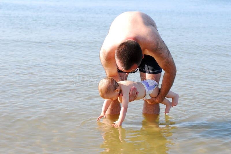 Download Neonata Curiosa Con Suo Padre Che Tocca Il Mare Immagine Stock - Immagine di curioso, mano: 30826993