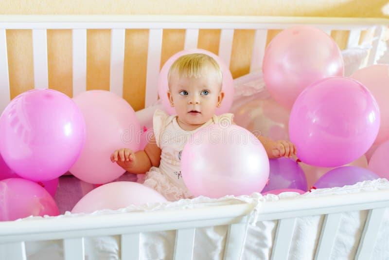 Neonata di compleanno nel letto fotografia stock libera da diritti