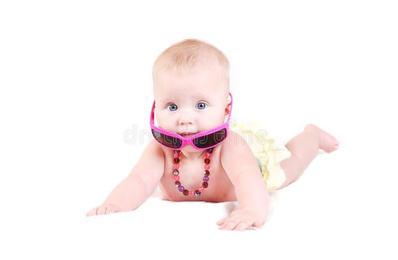 Neonata divertente in occhiali da sole fotografia stock libera da diritti