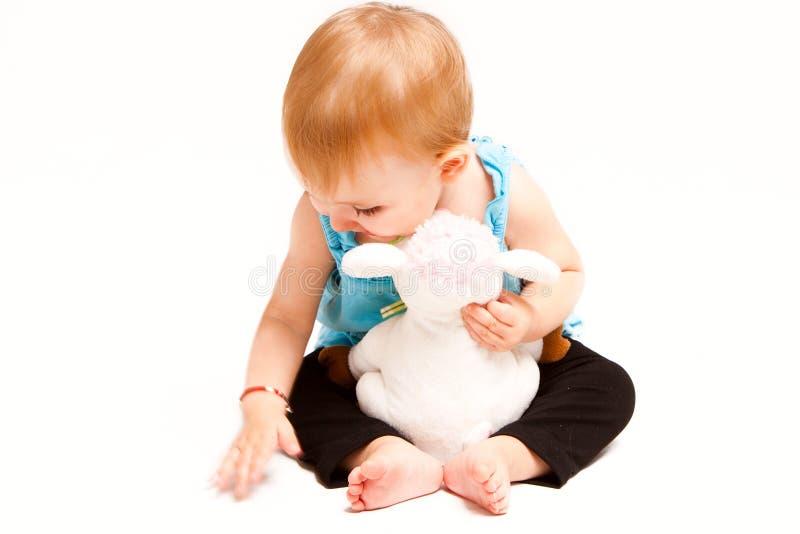 Neonata e giocattolo fotografie stock libere da diritti