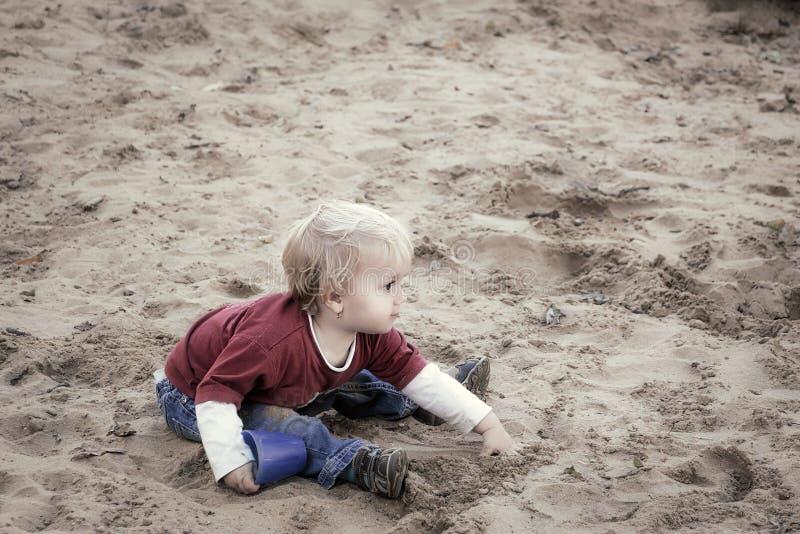 Neonata felice, bambino, giocante con la sabbia su un campo da giuoco fotografia stock libera da diritti