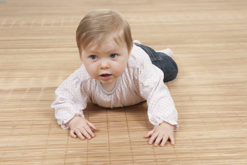 Neonata felice che si trova sul pavimento fotografia stock