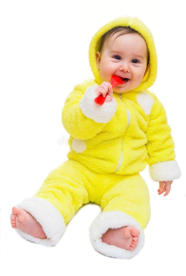 Neonata felice in cucchiaio giallo e rosso fotografia stock