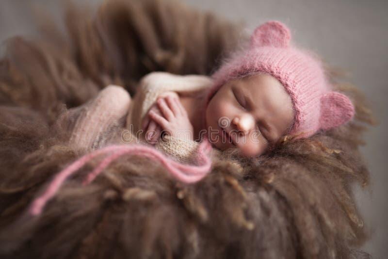 Neonata infantile del primo piano che dorme al fondo Concetto del mothercare e neonato immagini stock libere da diritti