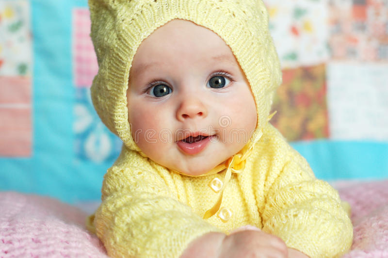 Neonata in maglione incappucciato fotografie stock