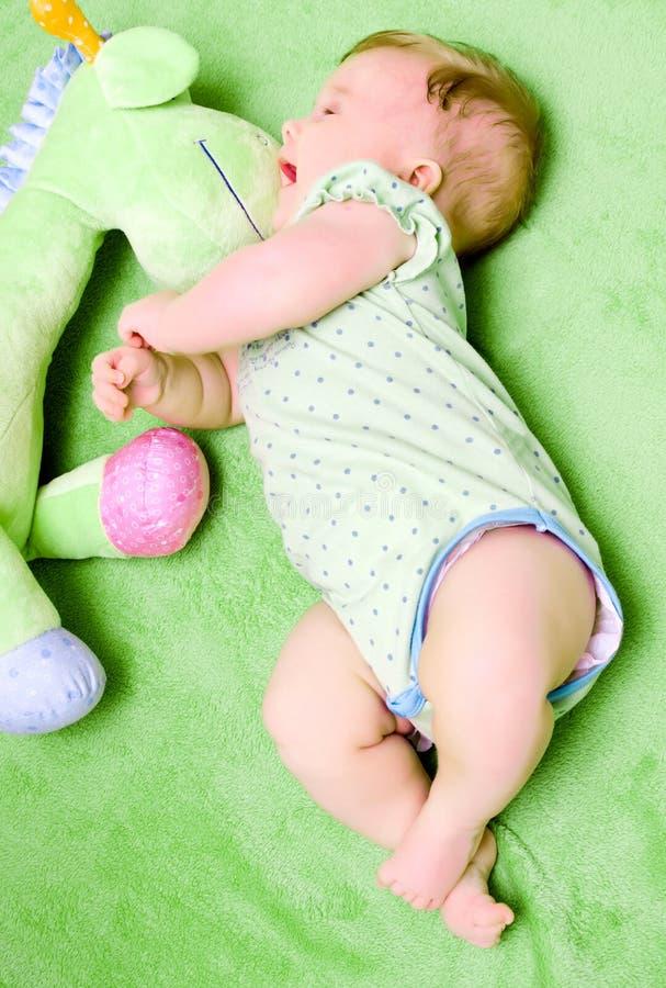 Neonata nel verde   fotografia stock