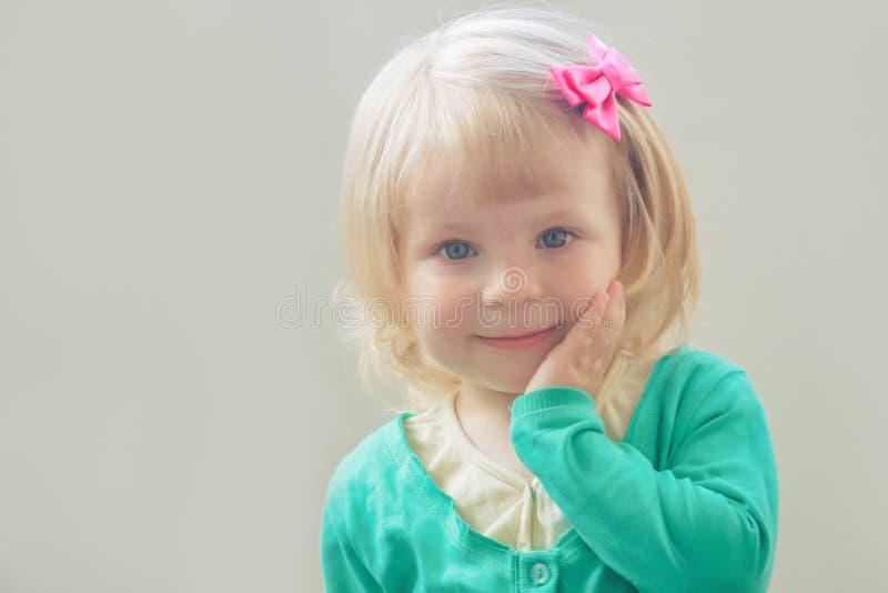 Neonata sorridente con l'arco immagini stock libere da diritti