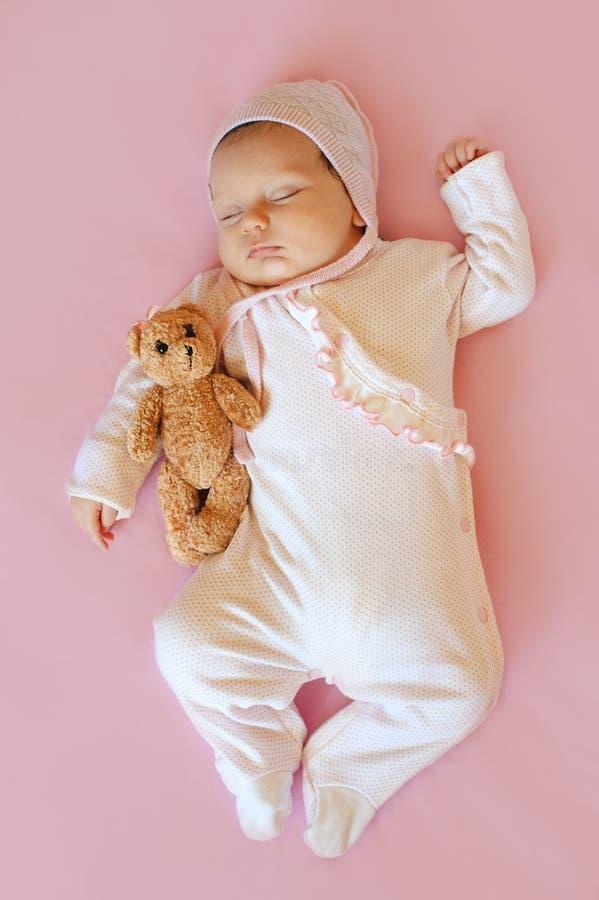 Neonata sveglia che dorme in sua greppia fotografie stock libere da diritti