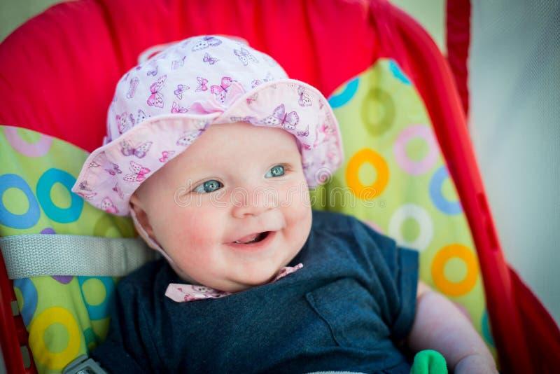 Neonata sveglia con il cappello rosa fotografia stock libera da diritti