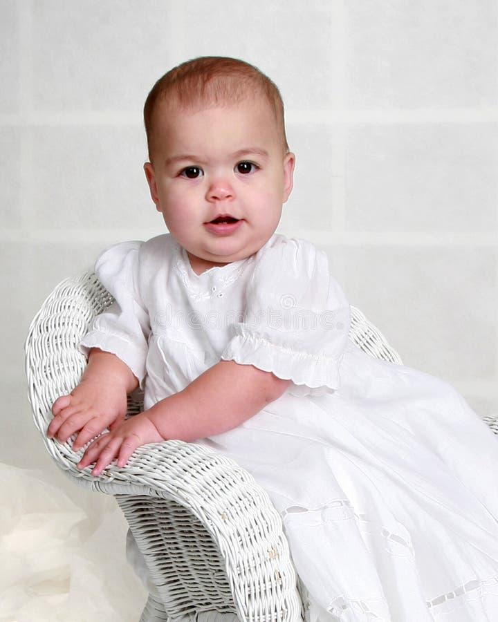 Neonata in un vestito bianco lungo fotografia stock libera da diritti