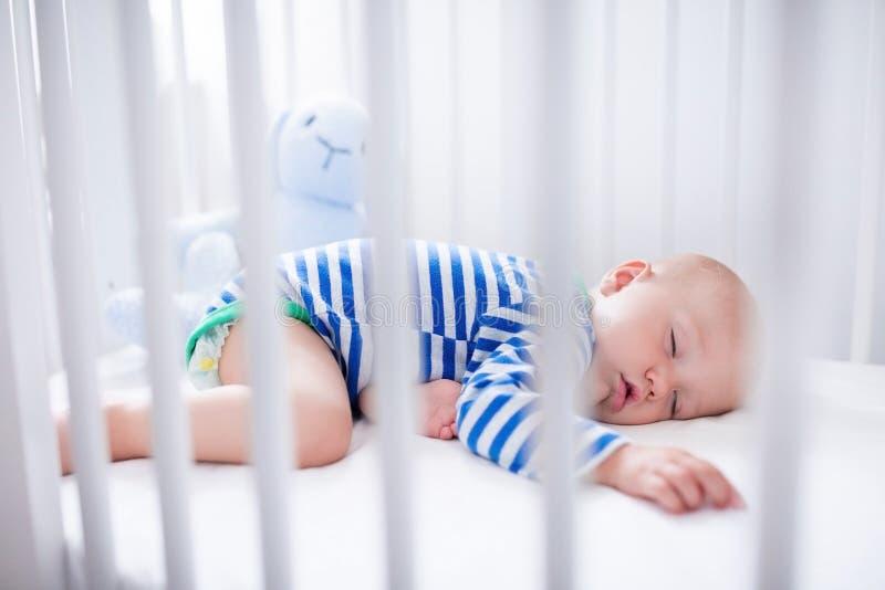 Neonato addormentato in greppia bianca immagine stock