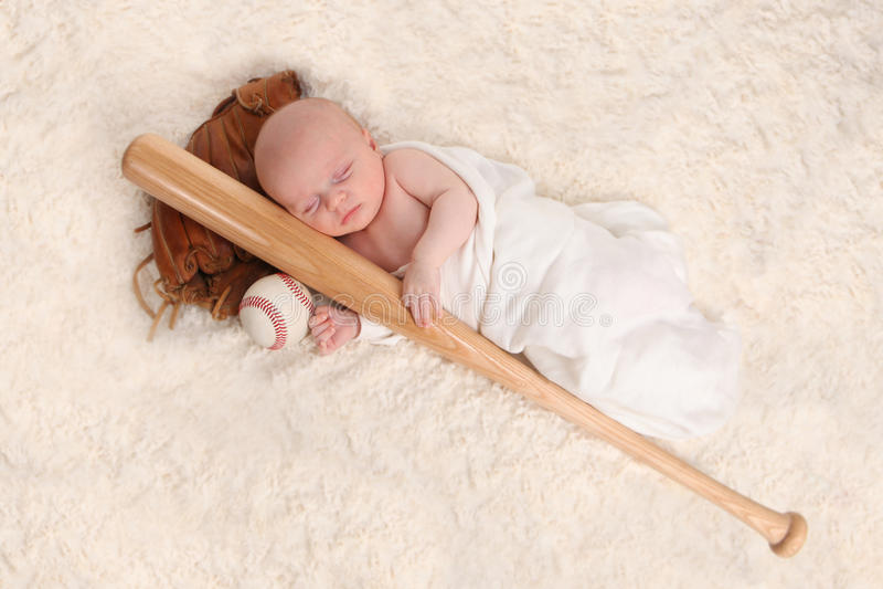 Neonato addormentato Swaddled con una mazza da baseball immagine stock libera da diritti