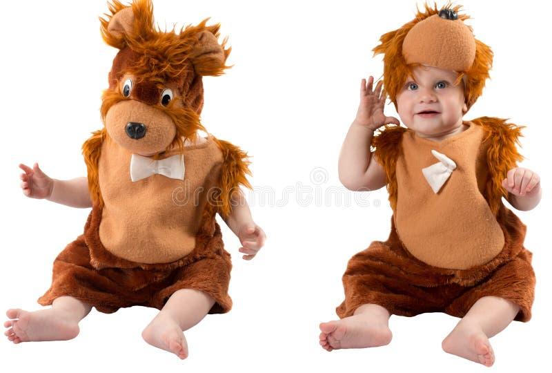 Neonato adorabile, vestito nel vestito simile a pelliccia di carnevale dell'orsacchiotto, isolato su fondo bianco. fotografia stock libera da diritti