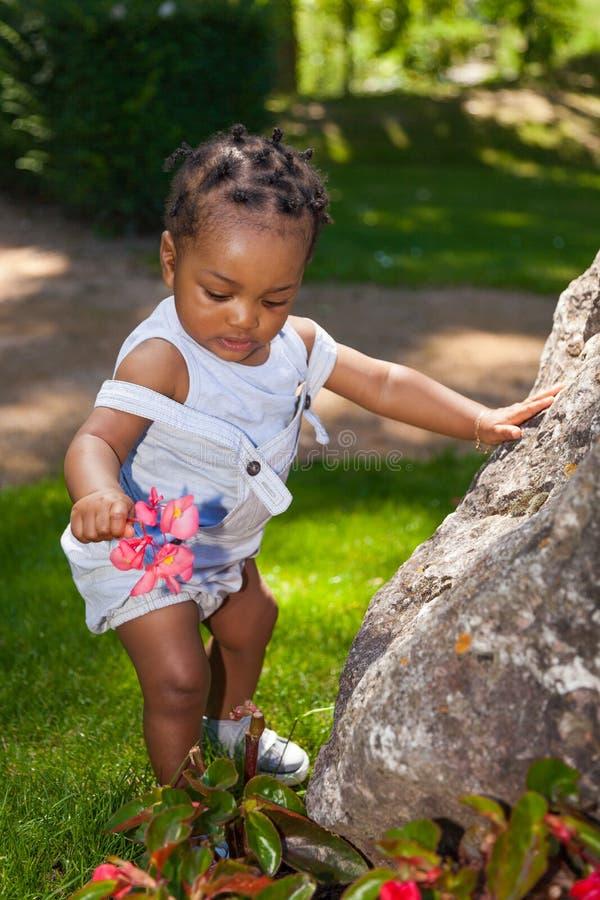 Neonato afroamericano sveglio fotografia stock