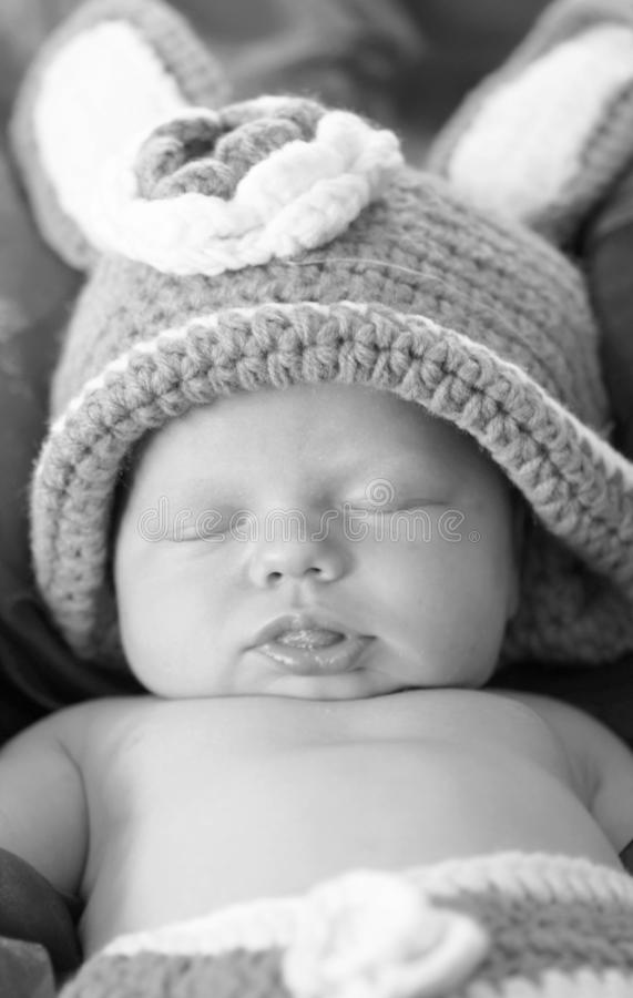 Neonato bianco nero del primo piano del ritratto che dorme in costume del coniglietto fotografia stock libera da diritti