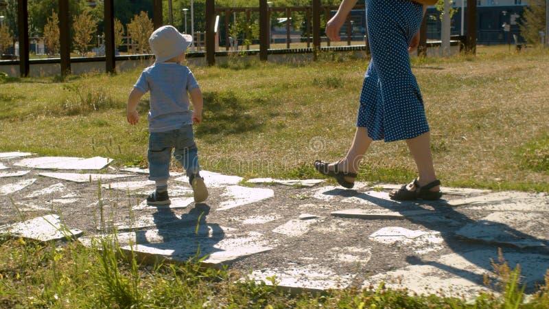Neonato che cammina lungo la strada nel parco fotografia stock