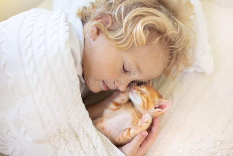 Neonato che dorme con il gattino Bambino e gatto fotografia stock libera da diritti