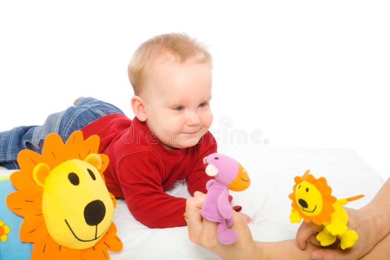 Neonato che gioca con i giocattoli fotografia stock
