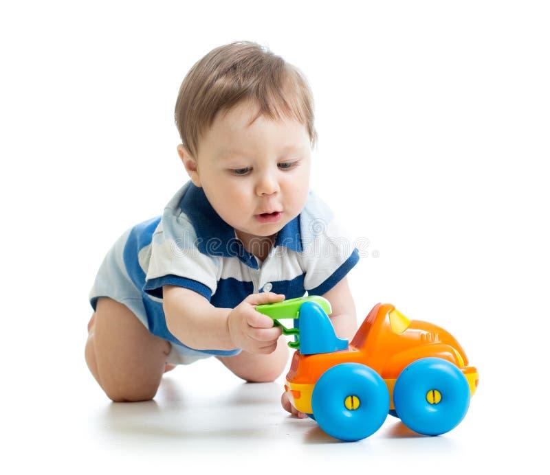 Neonato che gioca con il giocattolo fotografia stock libera da diritti
