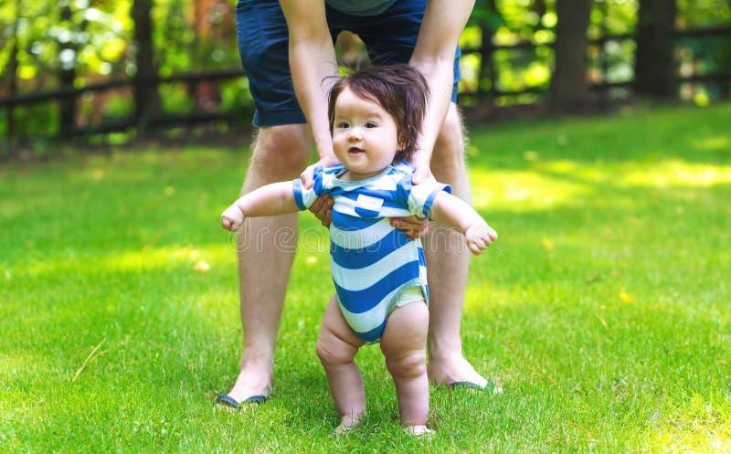 Neonato che impara camminare fuori fotografia stock