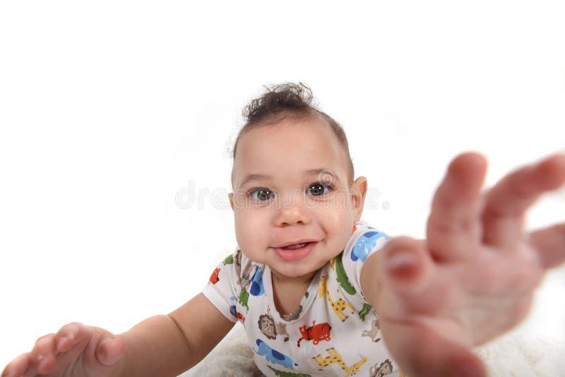 Neonato che raggiunge verso il visore fotografie stock