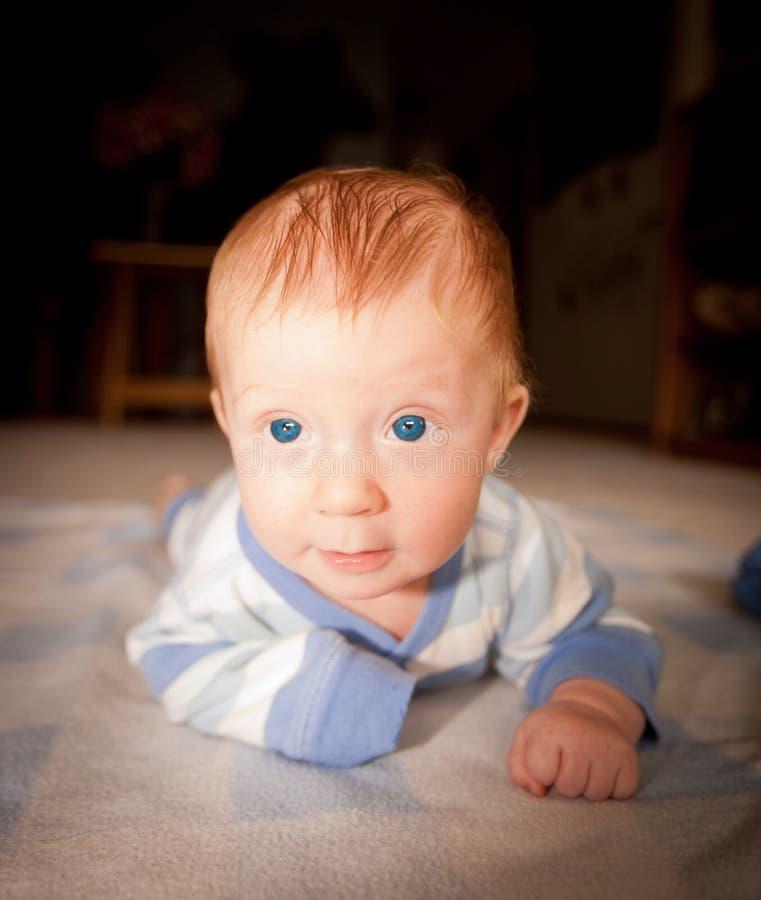 Neonato con gli occhi azzurri ed i capelli rossi immagine stock
