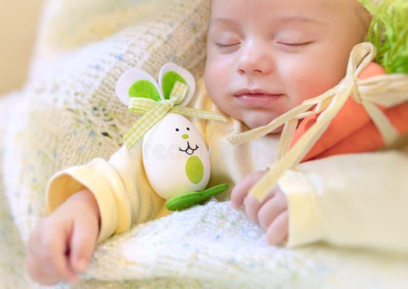 Neonato con il coniglietto di pasqua fotografie stock