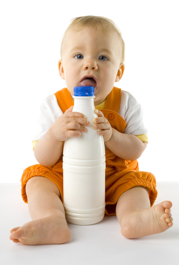 Neonato con la bottiglia immagine stock
