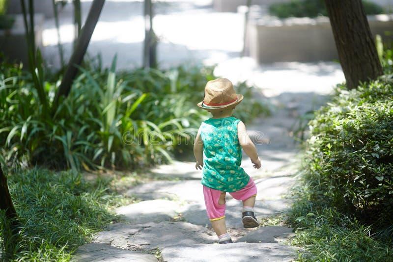 Download Neonato di estate immagine stock. Immagine di verde, vestiti - 56880417