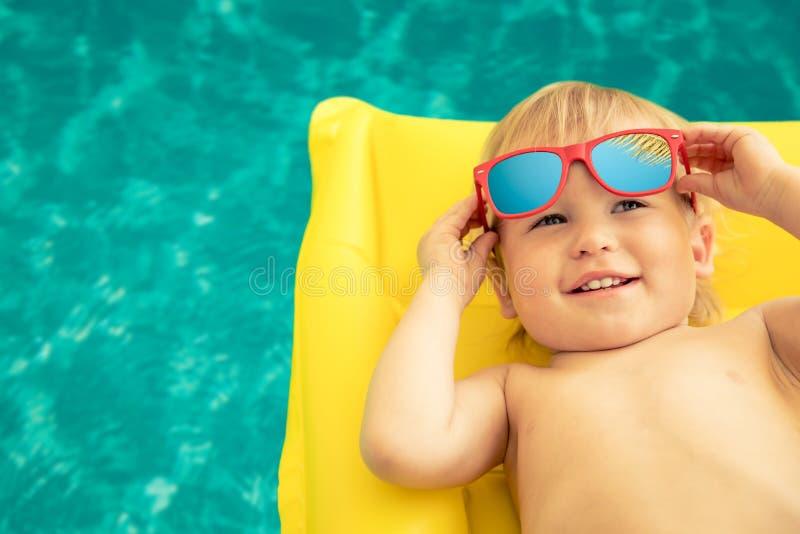 Neonato divertente sulle vacanze estive immagini stock libere da diritti