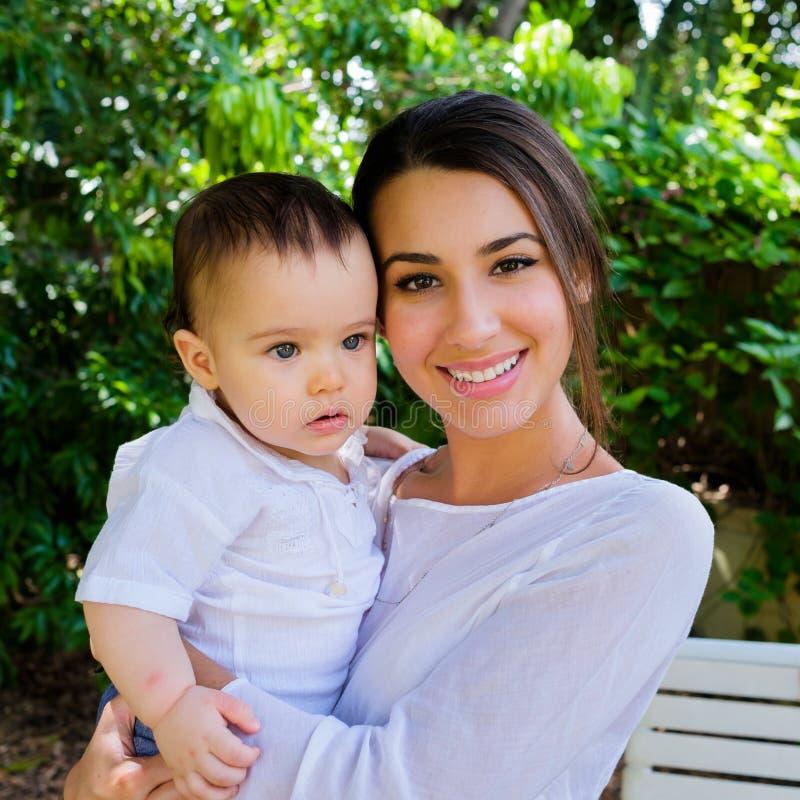 Neonato e giovane donna graziosa fotografie stock