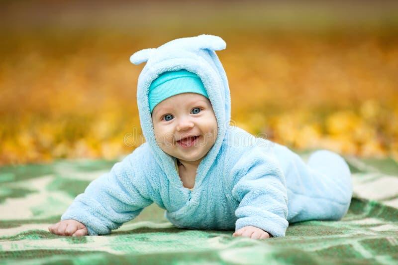 Neonato felice nel parco di autunno immagini stock libere da diritti