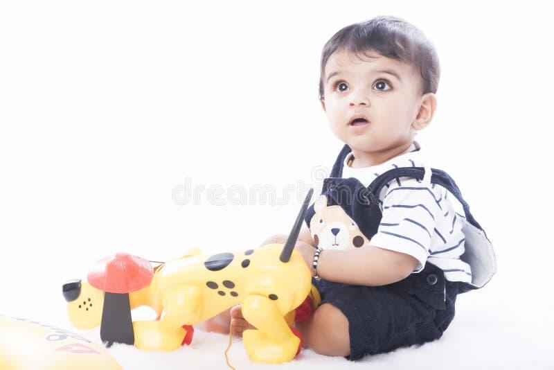 Neonato indiano felice ed in buona salute con il gesto allegro immagine stock