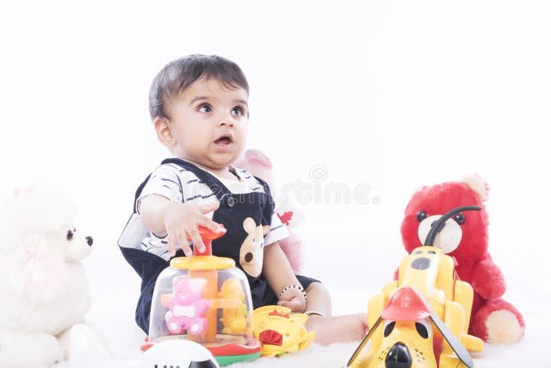 Neonato indiano felice ed in buona salute con il gesto allegro fotografie stock
