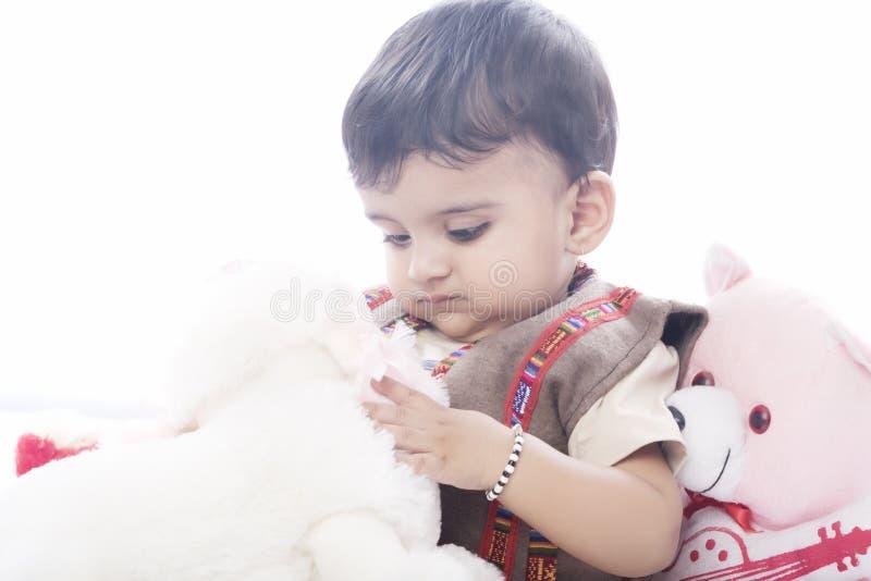 Neonato indiano felice ed in buona salute con il gesto allegro fotografia stock