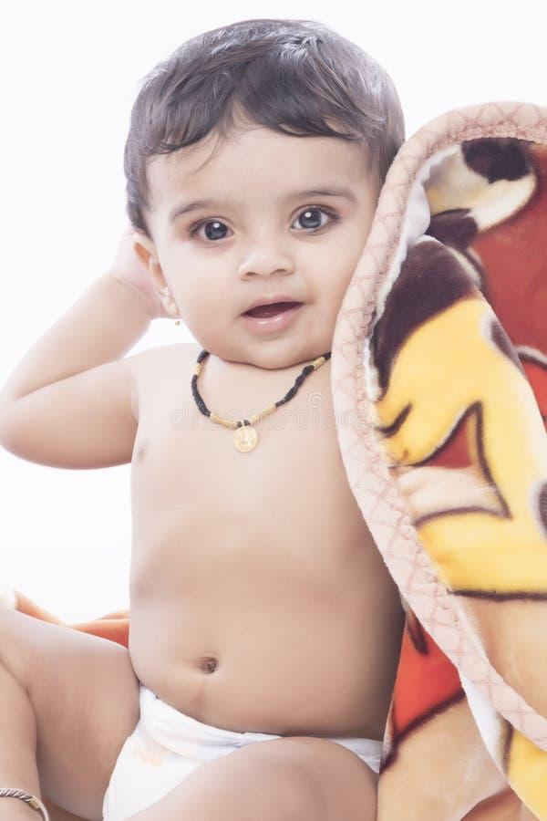 Neonato indiano felice ed in buona salute con il gesto allegro fotografie stock libere da diritti