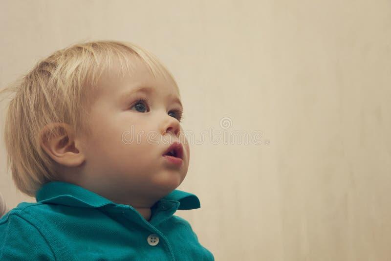 neonato pensieroso sveglio Biondo-dai capelli fotografie stock libere da diritti