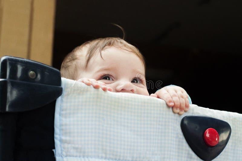 Neonato in playpen fotografie stock