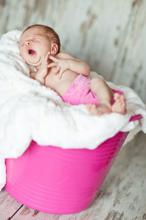 Neonato in secchio rosa immagini stock
