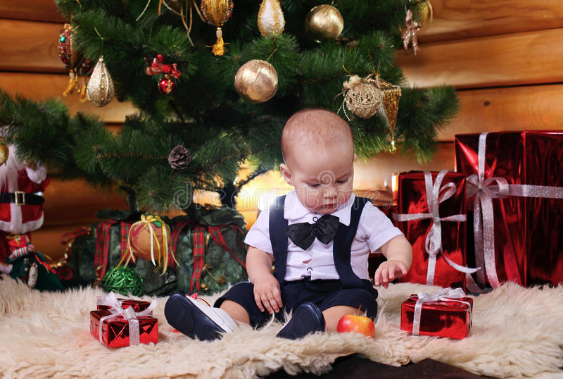 Neonato sveglio con i regali di Natale fotografia stock