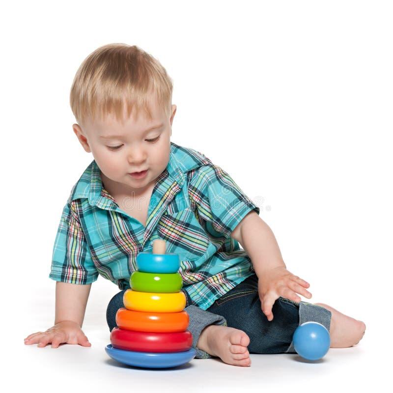 Neonato sveglio con il giocattolo fotografia stock libera da diritti