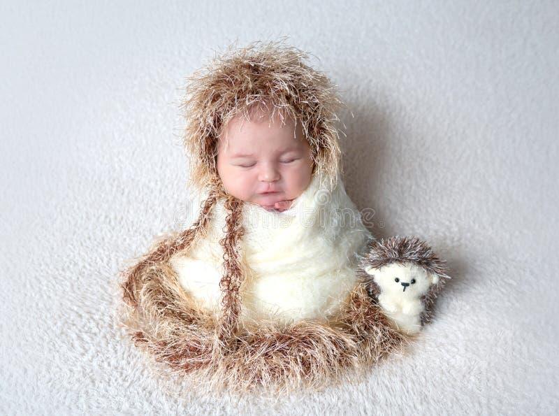 Neonato sveglio in costume dell'istrice fotografia stock libera da diritti