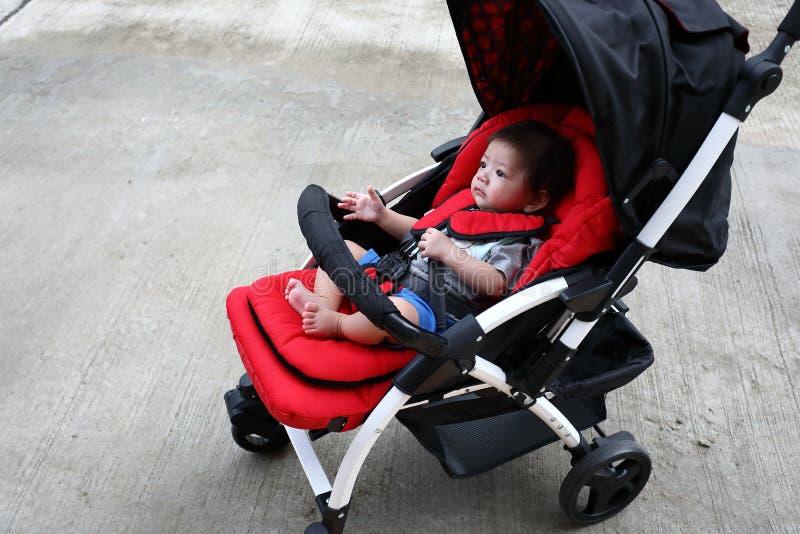 Neonato sveglio nel sedile del passeggiatore del bambino immagine stock libera da diritti