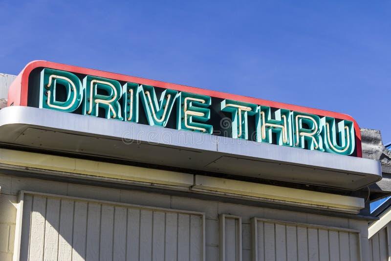 Neondrev till och med tecken på en snabbmatrestaurang I arkivbilder