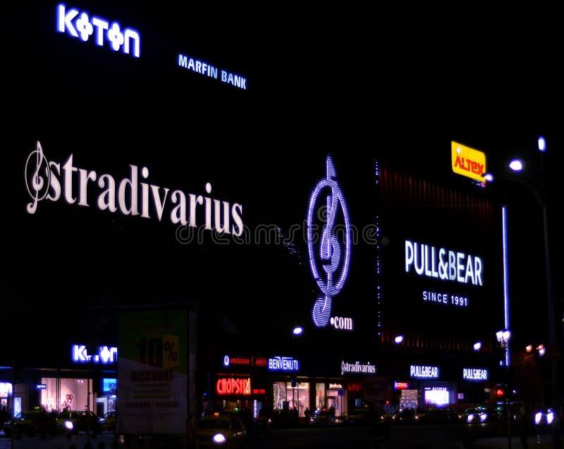 Neonlichten op het Winkelende Centrum van Unirea, Boekarest, Roemenië stock afbeelding